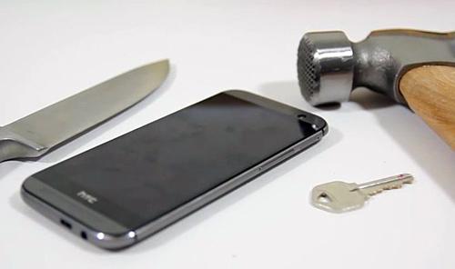 Тесты HTC One (M8) на прочность и влагозащищенность