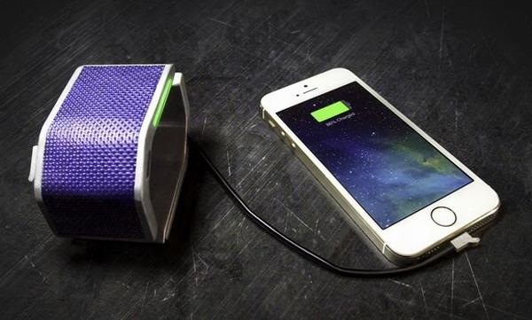 Браслет SolarHug служит зарядным устройством для мобильников